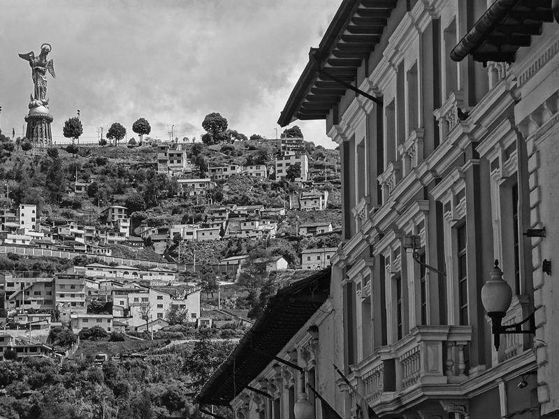 Rue Venezuela dans le centre historique de  Quito avec un aperçu du Panecillo