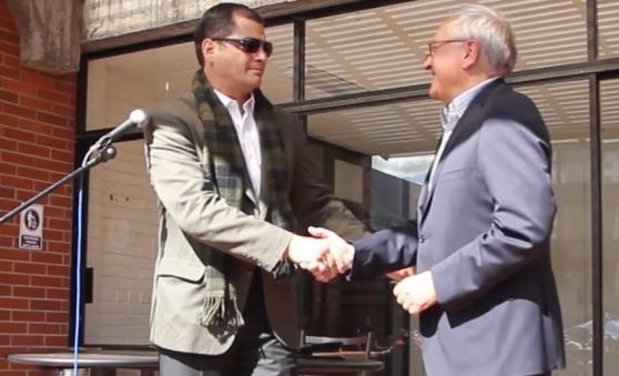 Le président équatorien Rafael Correa et l'ambassadeur de France François Gauthier