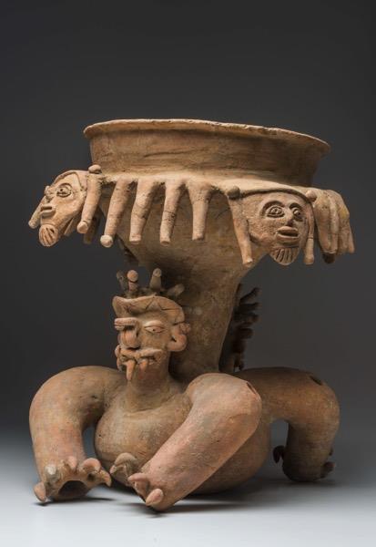 Grande coupe avec support de félin. Culture Bahía (500 av. J.-C.-500 apr. J.-C.). Céramique.© musée du quai Branly, photo de Christophe Hirtz.