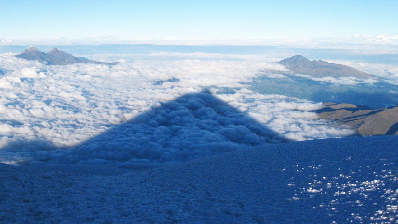 A l'aube, l'ombre du Cotopaxi sur la vallée