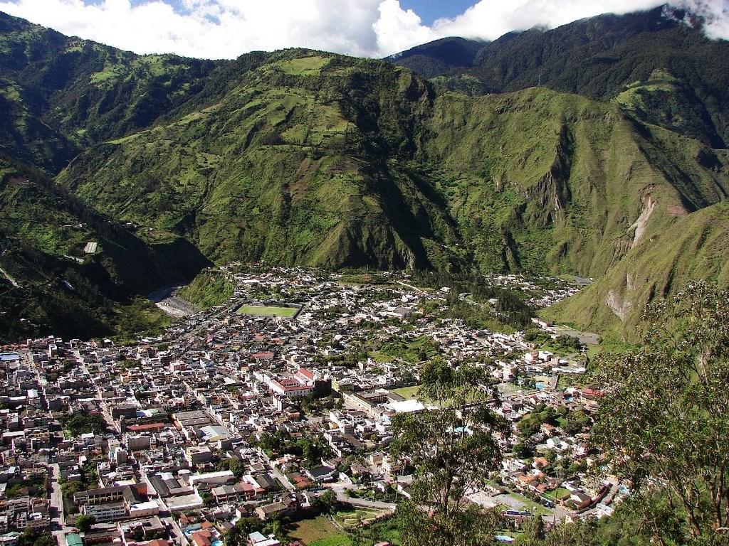 Le volcan Tungurahua et la ville de Baños