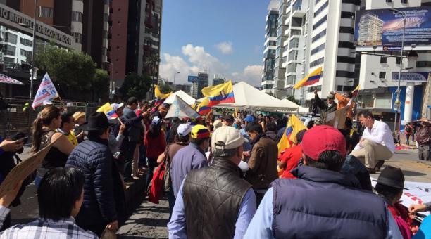 Manifestants devant la commission électorale à Quito (El Comercio)